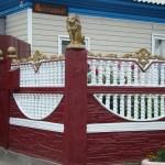 Красный забор из 3 панелей